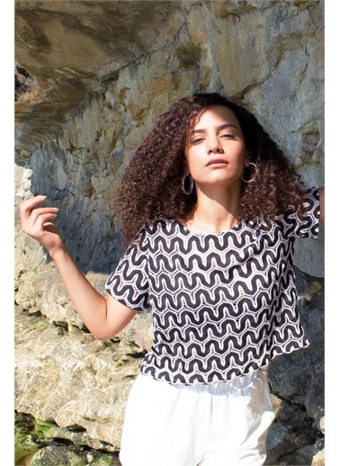 Curly  Jakarlı Kısa Bluz Siyah